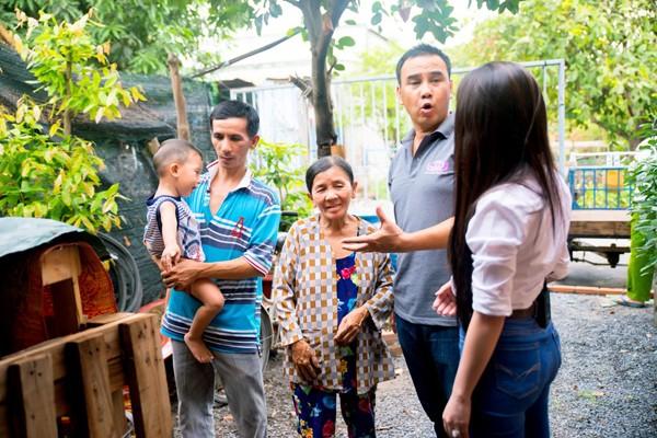 Bà Phạm Thị Gái đã ngoài 60 tuổi nhưng ngày ngày vẫn phải dầm mưa dãi nắng, bán vé số để mưu sinh khiến bao người cảm thấy xót xa, chưa kể bà còn phải nuôi con trai bị tâm thần và cháu nội.
