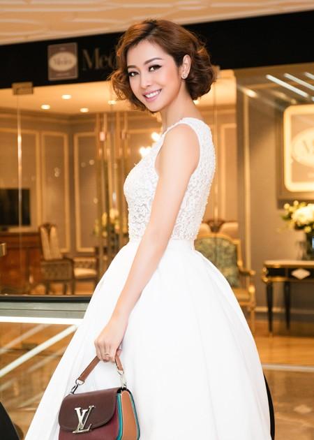 Trong chiếc váy được nhà thiết kế Lê Thanh Hoà tặng riêng, Hoa hậu Jennifer Phạm trông như một nàng công chúa. Với nhan sắc này, khó ai có thể nghĩ Jennifer Phạm đã 31 tuổi.