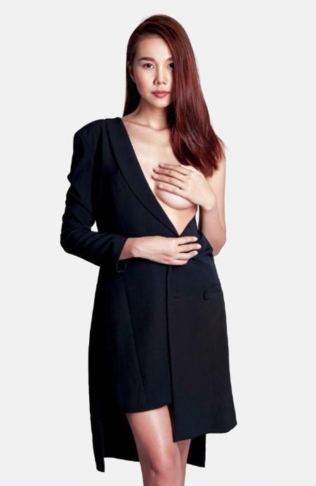 """Và có lẽ chưa cần phải bước vào nhà chung thì host quyền lực của Vietnam's Next Top Model - siêu mẫu Thanh Hằng đã ngay lập tức tự phá bỏ giới hạn của chính mình, khi lần đầu tiên cô chấp nhận """"cởi"""" và """"hở"""" để thực hiện một bộ ảnh táo bạo nhất từ trước đến nay."""