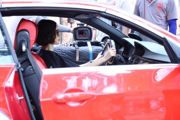 Cô tập trung diễn xuất trước ống kính phân đoạn lái ô tô trên phố.