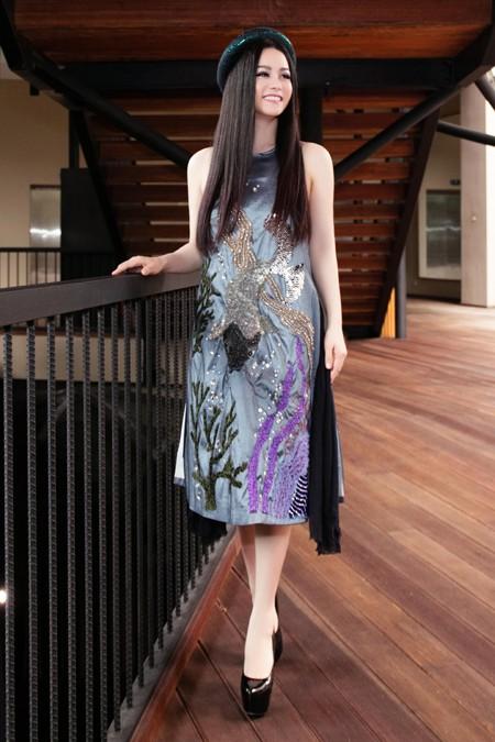Nhật Kim Anh trẻ trung khoe lưng trần với áo yếm ảnh 1