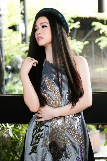 Nhật Kim Anh trẻ trung khoe lưng trần với áo yếm ảnh 2