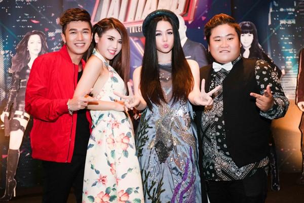 Nhật Kim Anh trẻ trung khoe lưng trần với áo yếm ảnh 4