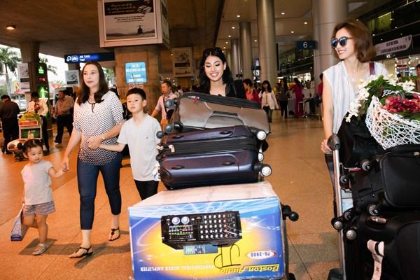 Chiều 9-6, em gái của hoa hậu Jennifer Phạm xuất hiện ở sân bay Tân Sơn Nhất cùng mẹ và bé Bảo Nam.