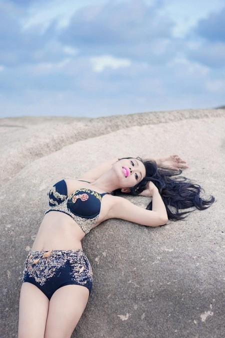 Trong bộ ảnh mới thực hiện cùng với bộ bikini thiết kế độc đáo khắc tên mình bằng sỏi đá Lê Kiều Như khoe trọn 3 vòng đẹp hoàn hảo dù mới sinh em bé chưa lâu.