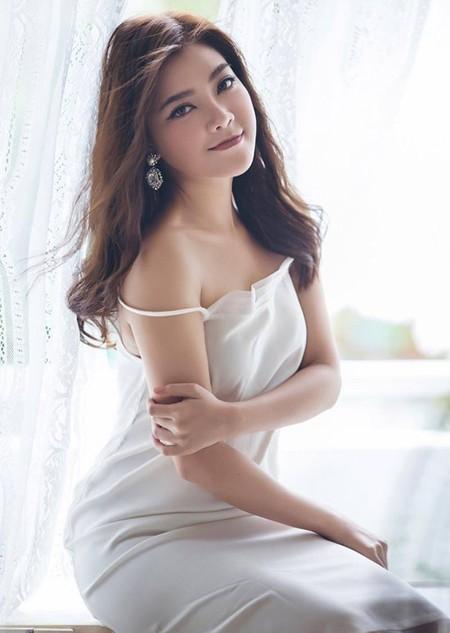Sinh năm 1983, có năng khiếu và đi hát từ khi còn bé xíu, con đường ca hát chuyên nghiệp của Thanh Ngọc bắt đầu từ khi gia nhập nhóm Mắt Ngọc vào năm 1998.