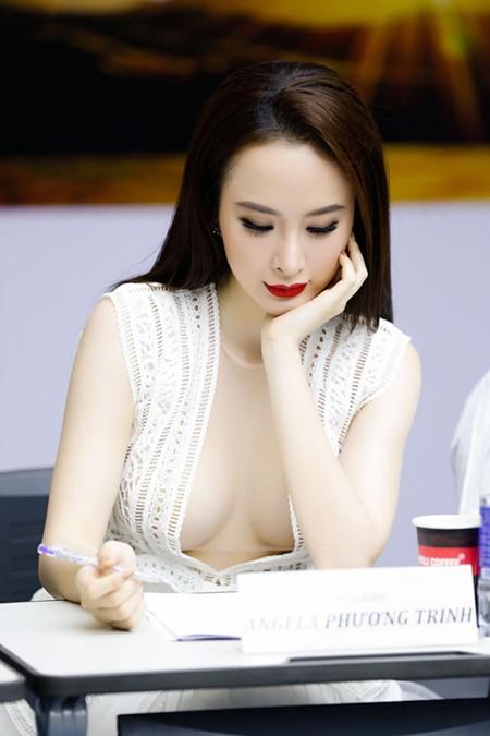 Vẻ quyến rũ của Angela Phương Trinh khiến người đối diện không thể không chú ý.