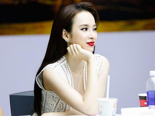 Suốt buổi casting, người đẹp 9X chăm chú quan sát từng ứng viên trong buổi tuyển chọn bạn diễn nam.