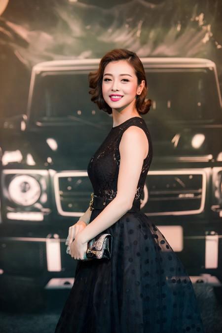 Thiết kế bồng bềnh kết ren ở thân áo tinh tế giúp Hoa hậu Jennifer Phạm càng thêm nổi bật tại sự kiện.