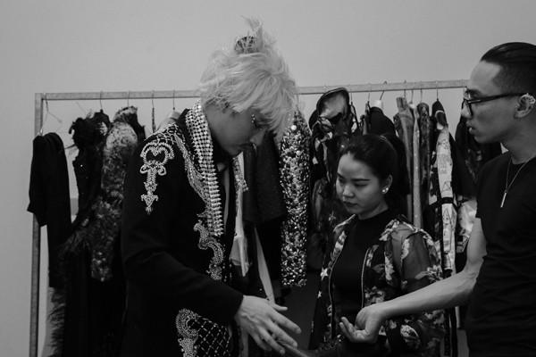 Trang phục được chọn cho buổi chụp có lẽ là mơ ước cho tủ đồ của các cô gái, khi tập hợp những thiết kế mới nhất của nhà thiết kế Lê Thanh Hòa, Võ Công Khanh... Đặc biệt là chiếc đầm mang thiết kế đặc trưng từ NTK của các ngôi sao TVB Frederick Lee.