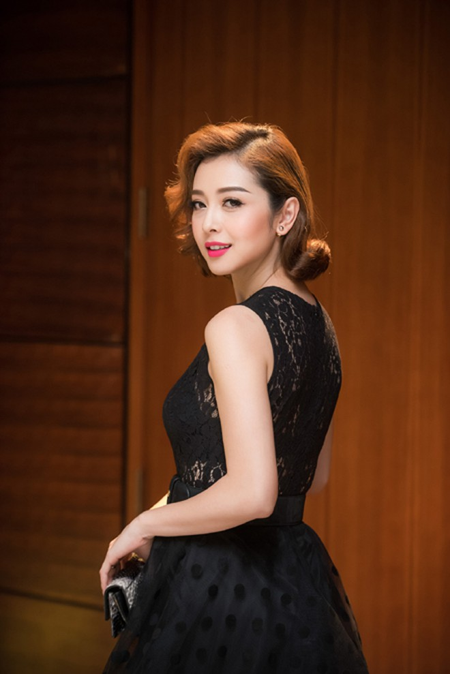 Xuất hiện trong một sự kiện tại Hà Nội, Hoa hậu Jennifer Phạm khoe vẻ đẹp trẻ trung, dễ thương như cô gái đôi mươi.