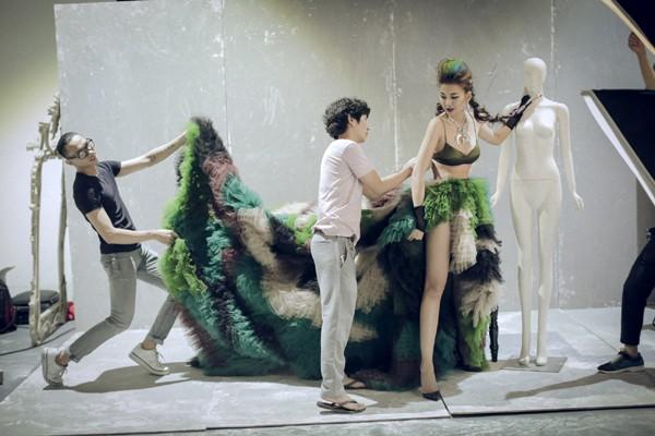Chiếc tùng váy của nhà thiết kế Lê Thanh Hòa nặng đến 10kg cũng trở thành một trong những điểm nhấn của bộ hình, đã từng gây ấn tượng mạnh khi được siêu mẫu Minh Triệu và quán quân Vietnam's Next Top Model 2014 Nguyễn Oanh diện trong Vietnam International Fashion Week vừa qua.