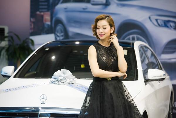 Bên chiếc xe hơi sang trọng, Hoa hậu Jennifer Phạm càng thêm vẻ kiêu kỳ, quyến rũ.
