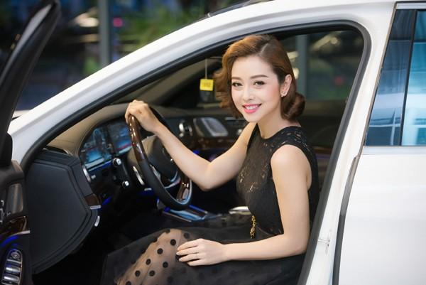 Dù đã qua ngưỡng cửa 30 tuổi nhưng Hoa hậu Jennifer Phạm được khen ngày càng đẹp so với thời điểm mới bước chân vào showbiz.