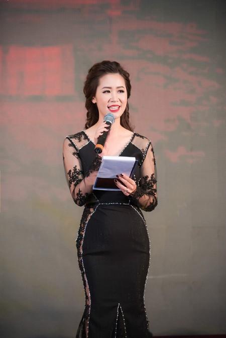 Hoa hậu Dương Thuỳ Linh khoe đường cong quyến rũ