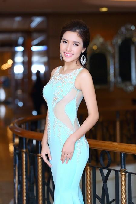 """Diện đầm đuôi cá, Á hậu Khánh Phương khoe vòng 3 """"khủng"""" ảnh 4"""