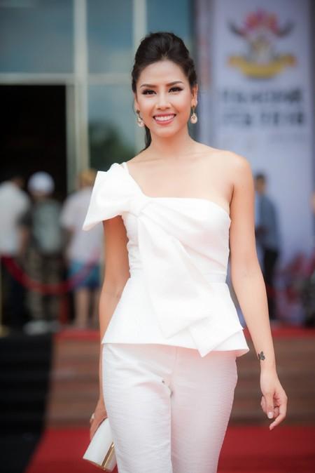 Nguyễn Thị Loan lưng trần quyến rũ làm MC tại Đại hội xăm hình