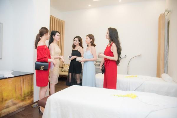 Hoa hậu Ngọc Anh giới thiệu với bạn bè về các phương pháp làm đẹp.