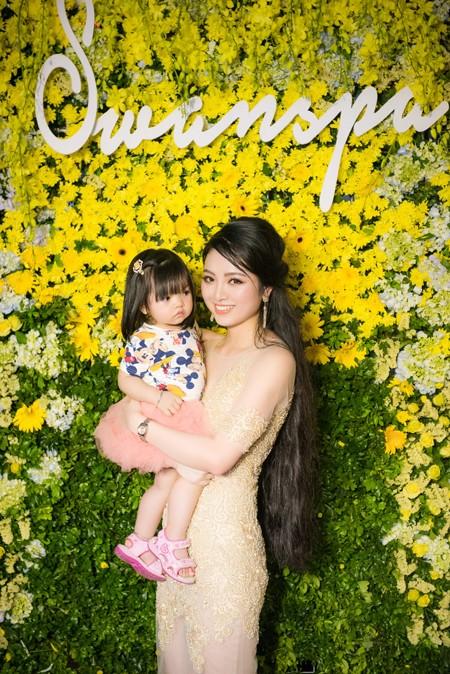 Không thể thiếu vắng cô cháu gái nhỏ xinh xắn, đáng yêu.
