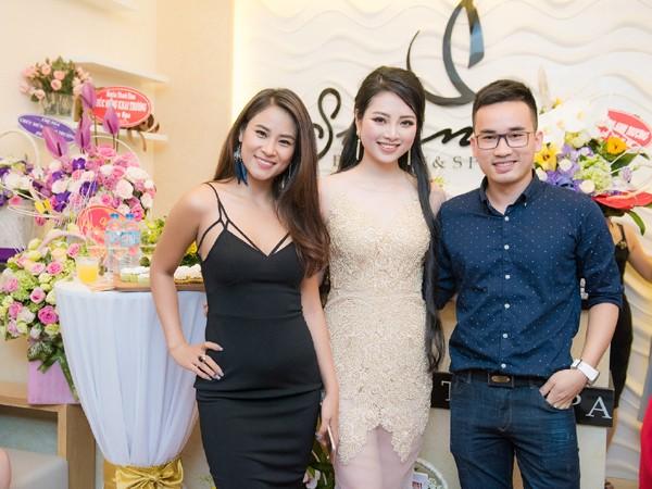 Hoa hậu biển 2007 Vân Anh và nhà thiết kế Hà Duy.