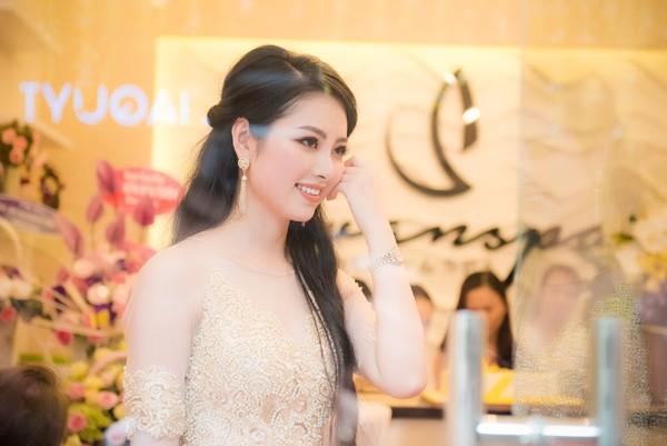 ... và niềm vui hạnh phúc của Hoa hậu Ngọc Anh trong buổi lễ khai trương.