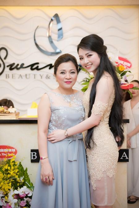 Mẹ của Hoa hậu Ngọc Anh chúc mừng con gái trong lễ khai trương.