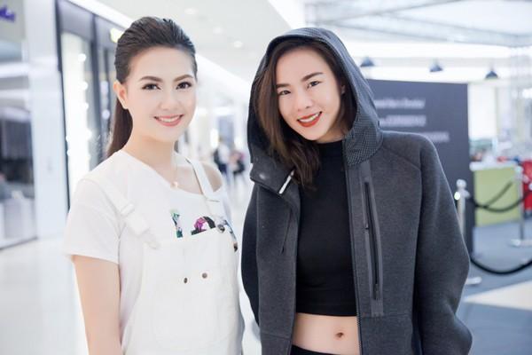 """Cô cũng tranh thủ chụp hình lưu niệm cùng Cris Howang - nữ huấn luyện viên rất """"hot"""" của chương trình The Face Thái Lan mùa 2."""