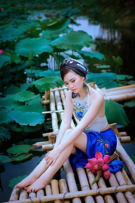 """""""Cô Tấm"""" Thanh Trang khoe lưng trần gợi cảm giữa đầm sen"""