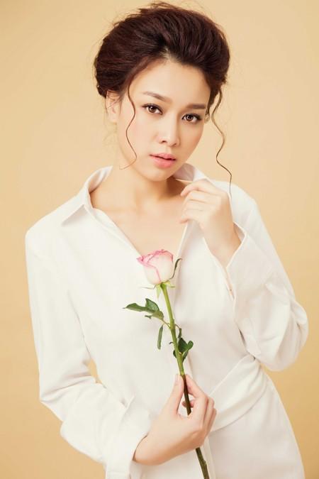 """Ngắm vẻ """"ngọt ngào"""" của Hoa khôi Trương Tùng Lan trong sắc trắng"""