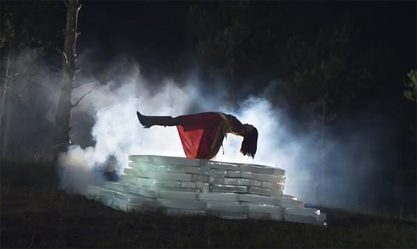 Trên phim trường, nhiều hiện tượng siêu nhiên liên tục xảy ra khiến những người trong đoàn vô cùng hoảng sợ.