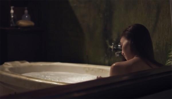 Trong một phân đoạn của bộ phim, Ninh Dương Lan Ngọc đã có cảnh tắm trần khá gợi cảm trên màn ảnh. Đây được xem là một sự táo bạo của nữ diễn viên 9x.