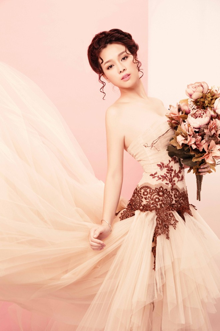 Hoa khôi Trương Tùng Lan diện đầm lộng lẫy khoe vai trần và vòng 1 gợi cảm