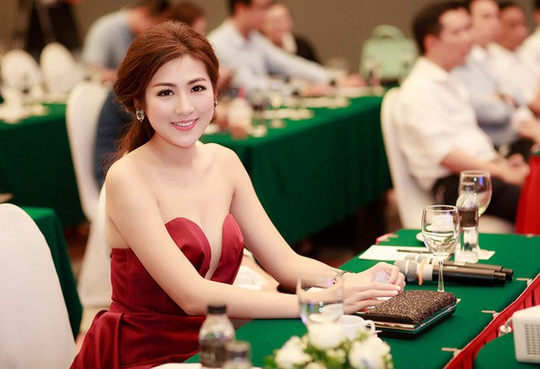 Diện đầm hở bạo, Á hậu Tú Anh khoe vẻ gợi cảm đầy nóng bỏng ảnh 4