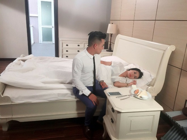 """Ca sĩ Anh Trường hạnh phúc bên """"bà ngoại hot girl"""" Hương Bella ảnh 2"""