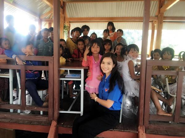 Chia sẻ cảm xúc về chuyến đi, Lương Giang cho biết, thật vui và ý nghĩa khi những cuốn vở, bút viết, truyện tranh… đã đến với các em nhỏ trước ngày khai giảng năm học mới.