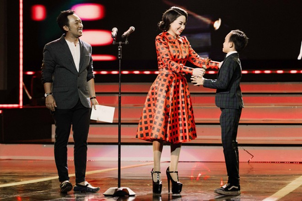 Khoảnh khắc đáng yêu của Hồ Văn Cường khi nhận giải Ca sĩ ấn tượng ảnh 2