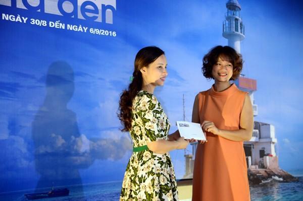 Nhà báo Nguyễn Mỹ Trà (phải) trao số tiền 70 triệu đồng cho đại diện Đoàn TNCS HCM Khối các cơ quan Trung ương.