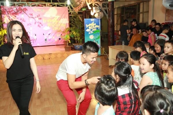 Trọng Hiếu, Hoà Minzy và Rocker Nguyễn vui Trung thu cùng trẻ em cơ nhỡ ảnh 4