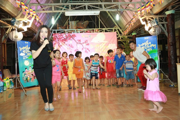 Trọng Hiếu, Hoà Minzy và Rocker Nguyễn vui Trung thu cùng trẻ em cơ nhỡ ảnh 2