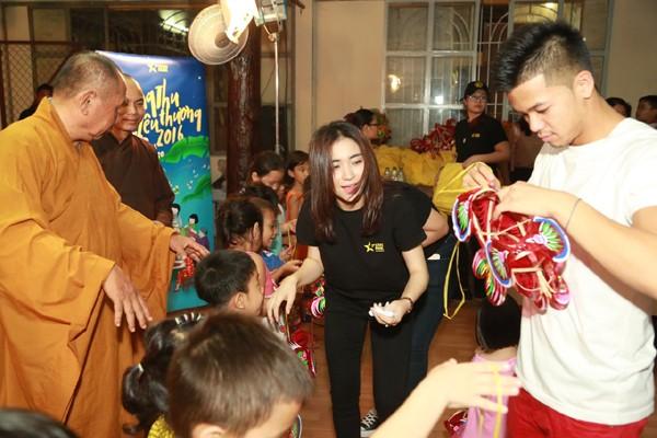Trọng Hiếu, Hoà Minzy và Rocker Nguyễn vui Trung thu cùng trẻ em cơ nhỡ ảnh 7
