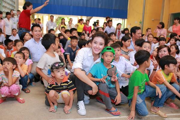 Á hậu Huyền My vui đùa với trẻ em khuyết tật ảnh 2