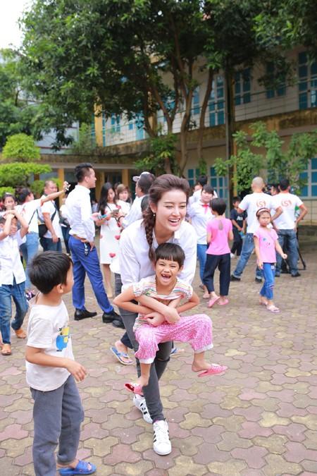 Á hậu Huyền My vui đùa với trẻ em khuyết tật ảnh 5