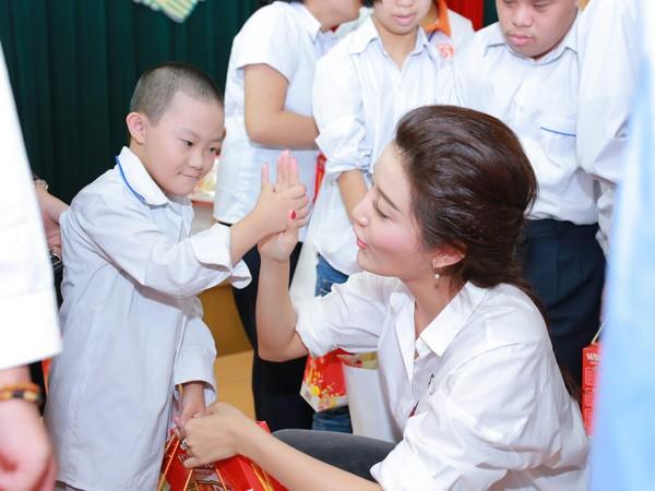 Á hậu Huyền My vui đùa với trẻ em khuyết tật ảnh 3