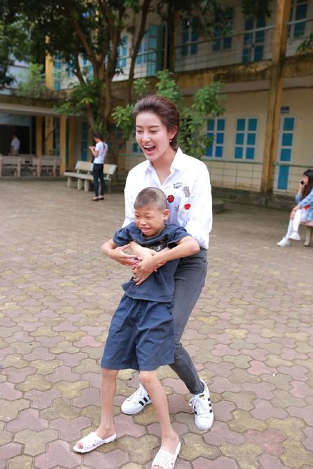 Á hậu Huyền My vui đùa với trẻ em khuyết tật ảnh 4