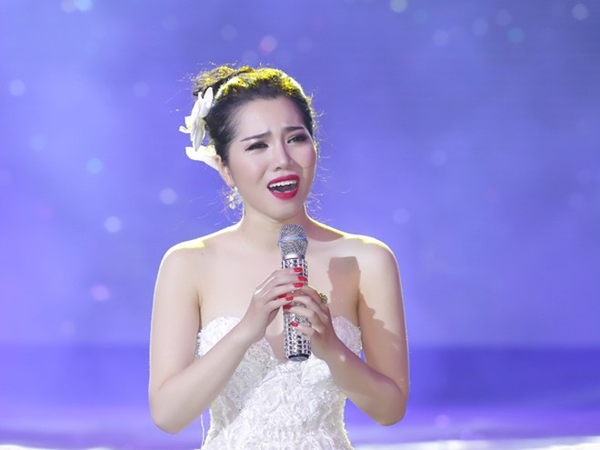 Minh Trang Ly Ly khóc trong liveshow khi hát ca khúc về cha ảnh 10