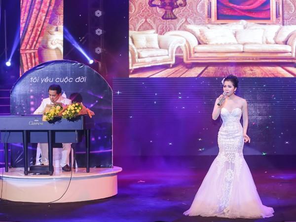 Minh Trang Ly Ly khóc trong liveshow khi hát ca khúc về cha ảnh 8