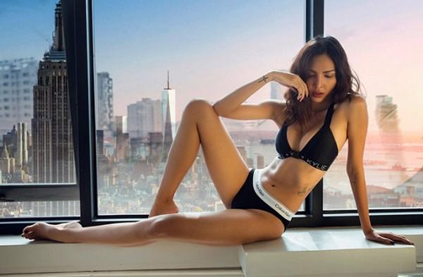 Siêu mẫu Minh Triệu khoe vòng một căng tràn