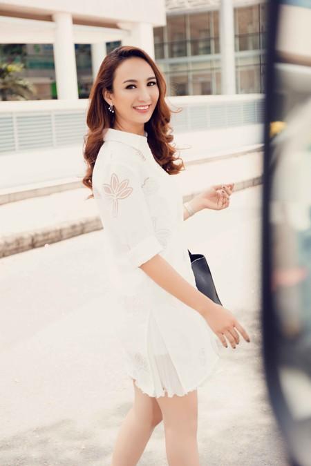 Hoa hậu Ngọc Diễm khoe street style gợi cảm xuống phố