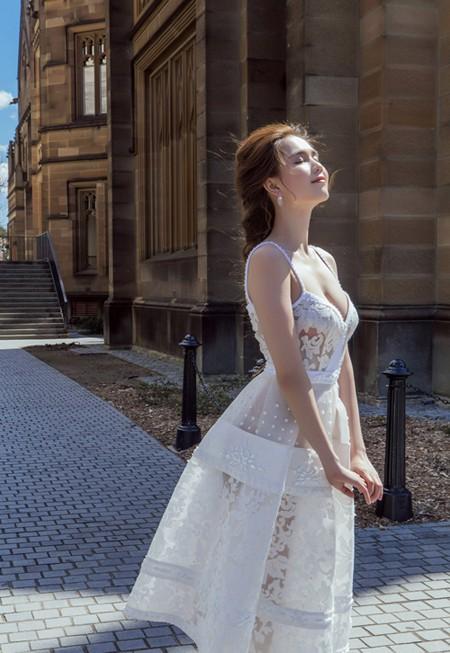 """""""Nữ hoàng nội y"""" Ngọc Trinh khoe vòng 1 gợi cảm tại Australia"""