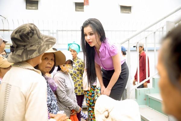Người đẹp Janny Thủy Trần mướt mồ hôi trao cơm từ thiện ảnh 2